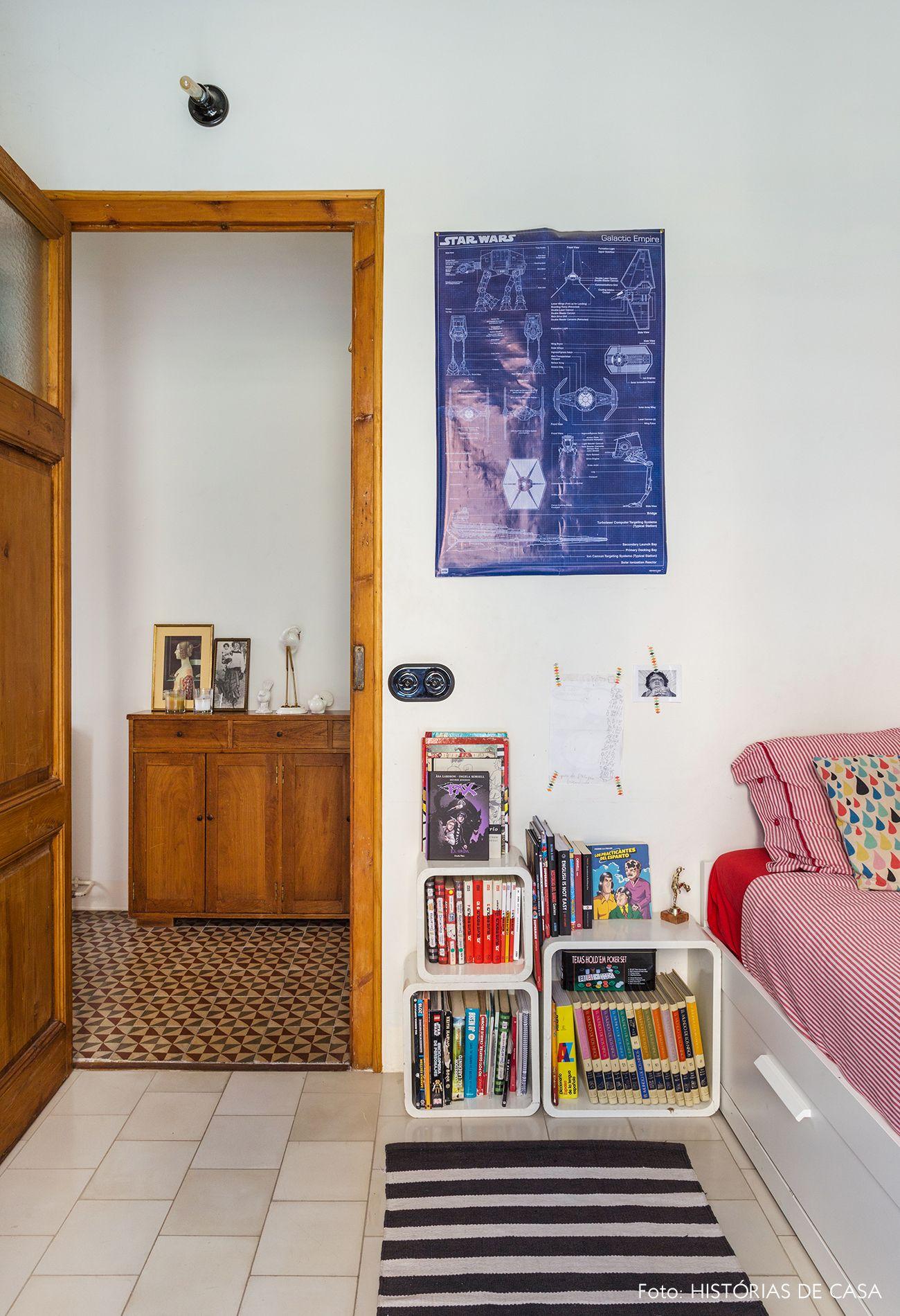 Quarto infantil com nichos brancos como criado mudo almofada colorida lencol vermelho  also um lar em barcelona kamar anak kids room pinterest rh