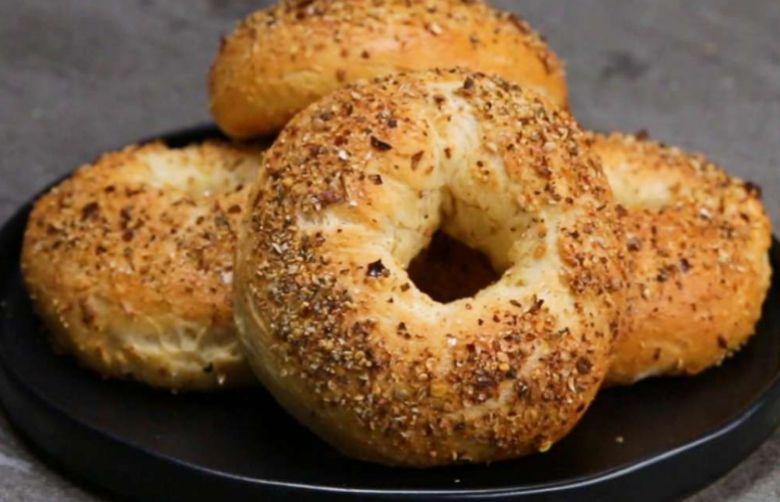 Warme Bagels zum Lunch, was gibt es leckereres? Bagels schmecken nicht nur super lecker, die sind auch ganz leicht selbst zu backen! Beim Belegen kann man sich wild austoben: ob nun eher simpel mit Frischkäse und Gurke oder etwas origineller mit Avokado, Tomatencreme, Pinienkernen und Rukola. Käse schmeckt dazu natürlich auch sehr gut. Das tolle an diesem Rezept ist das du nur 3 Zutaten brauchst. Einfach, schnell und super lecker!