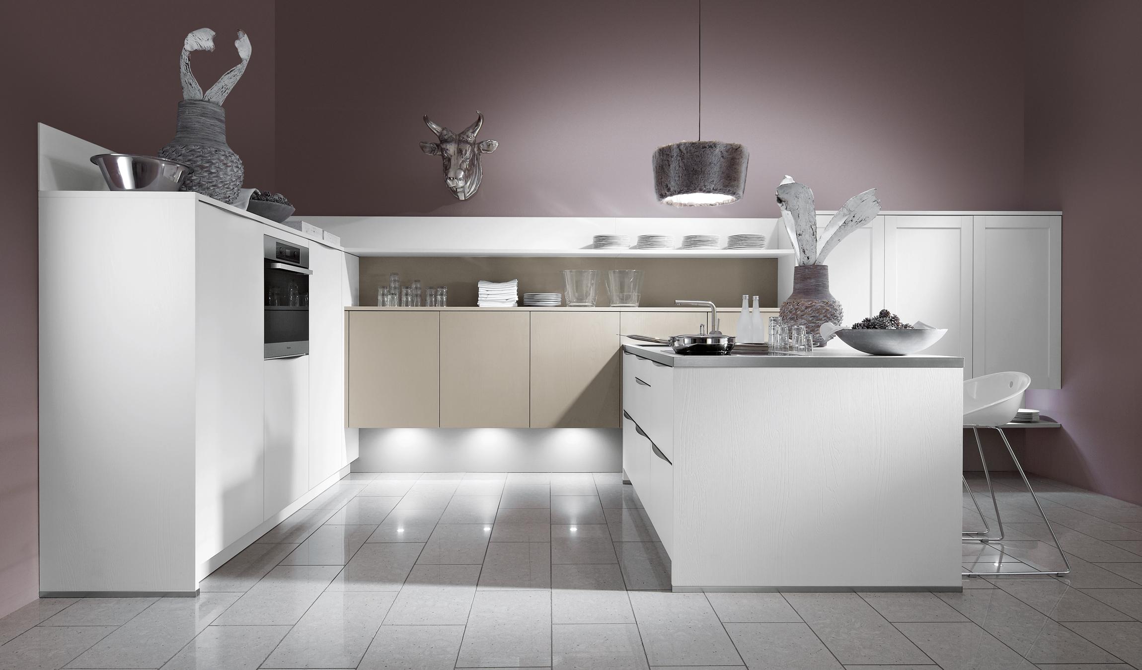 Moderne keuken in een mooi lichte witte kleur met sfeerverlichting