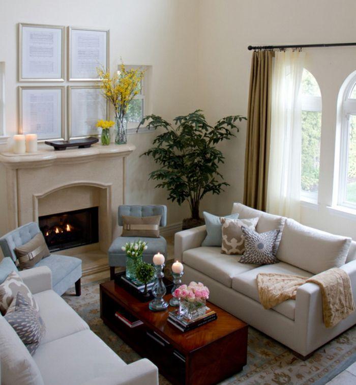 Kleines Wohnzimmer Einrichten, Zwei Sofas Und Zwei Sessel, Ein  Interessanter Couchtisch