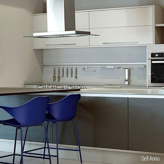 Projetos que surpreendem pela modernidade, estilo e sofisticação: padrões Goya, Rovere Silver e lacca One foram harmonizados em uma cozinha contemporânea. #DellAnno #Kitchen #Contemporary