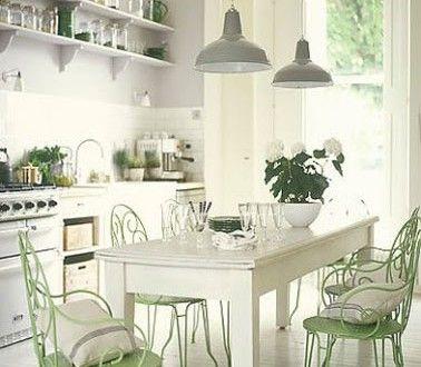 Cuisine maison de campage en harmonie de blanc gris et for Deco de cuisine vert