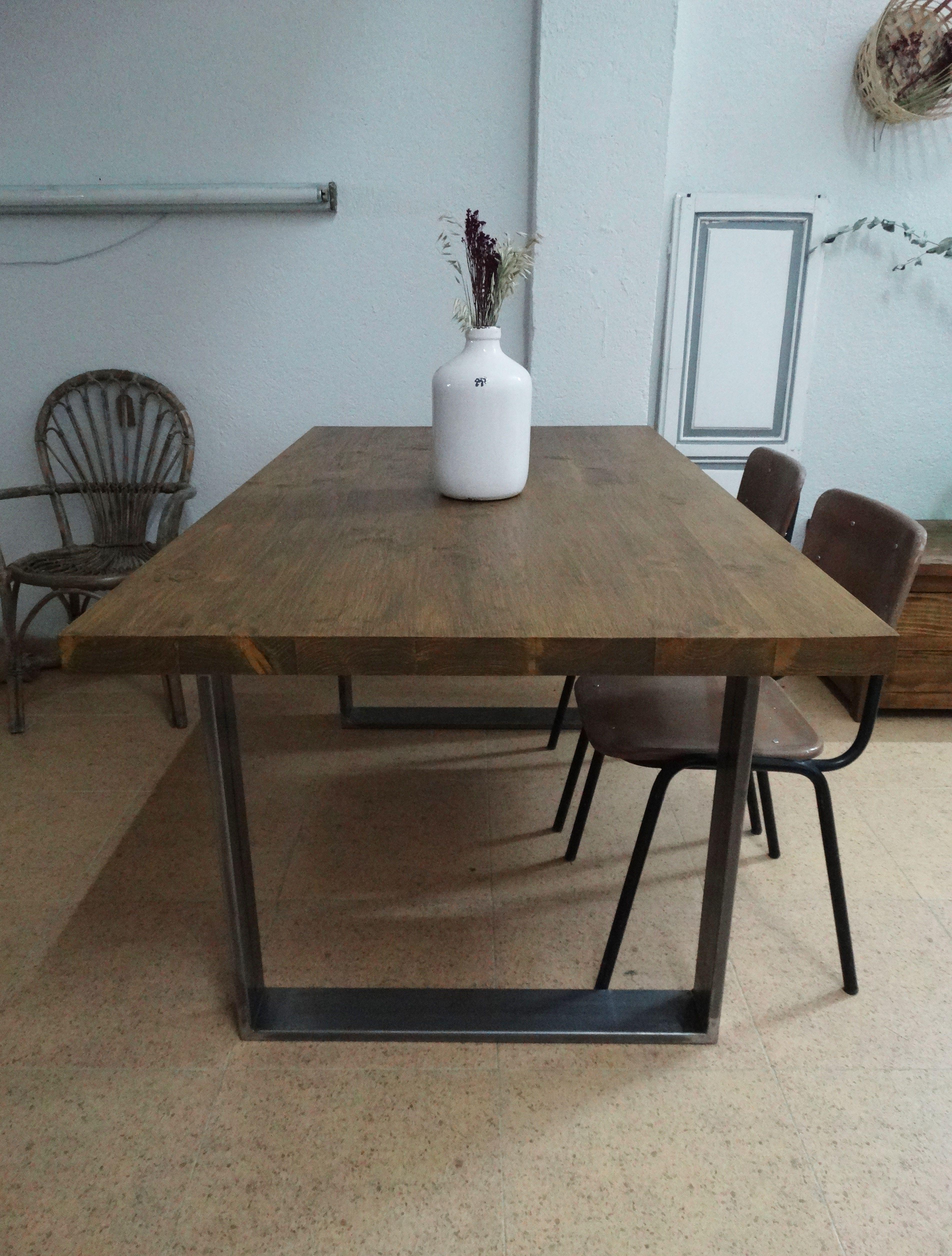 MESA DE COMEDOR INDUSTRIAL Mesa de comedor hecha con madera maciza y ...