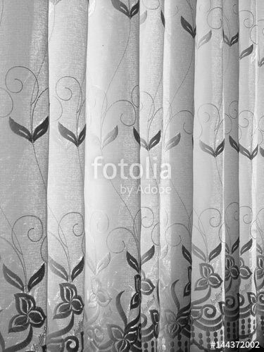 Traditionelle Gardine mit floralem Muster in einem Wohnzimmer in - gardinen muster für wohnzimmer