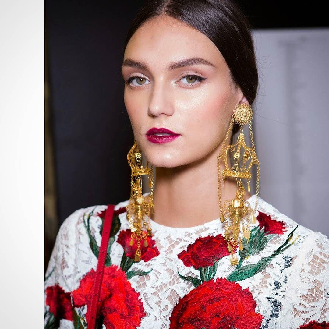 #review2015 It continues #romance between @dolcegabbana and @elisapomar_ibiza #jewelry . Elisa follows #TraditionalJewels from Ibiza keeping #legacy of her family from 1850. Mix these #AntiGlobal pieces with current #fashion has been a big success __________  #repaso2015 Continúa el romance entre #DolceGabbana y las #joyas de #ElisaPomar . Ella sigue la #JoyeríaTradicional de #Ibiza manteniendo el legado de su familia desde 1850. Mezclar estas piezas #AntiGlobalización con #moda actual ha…