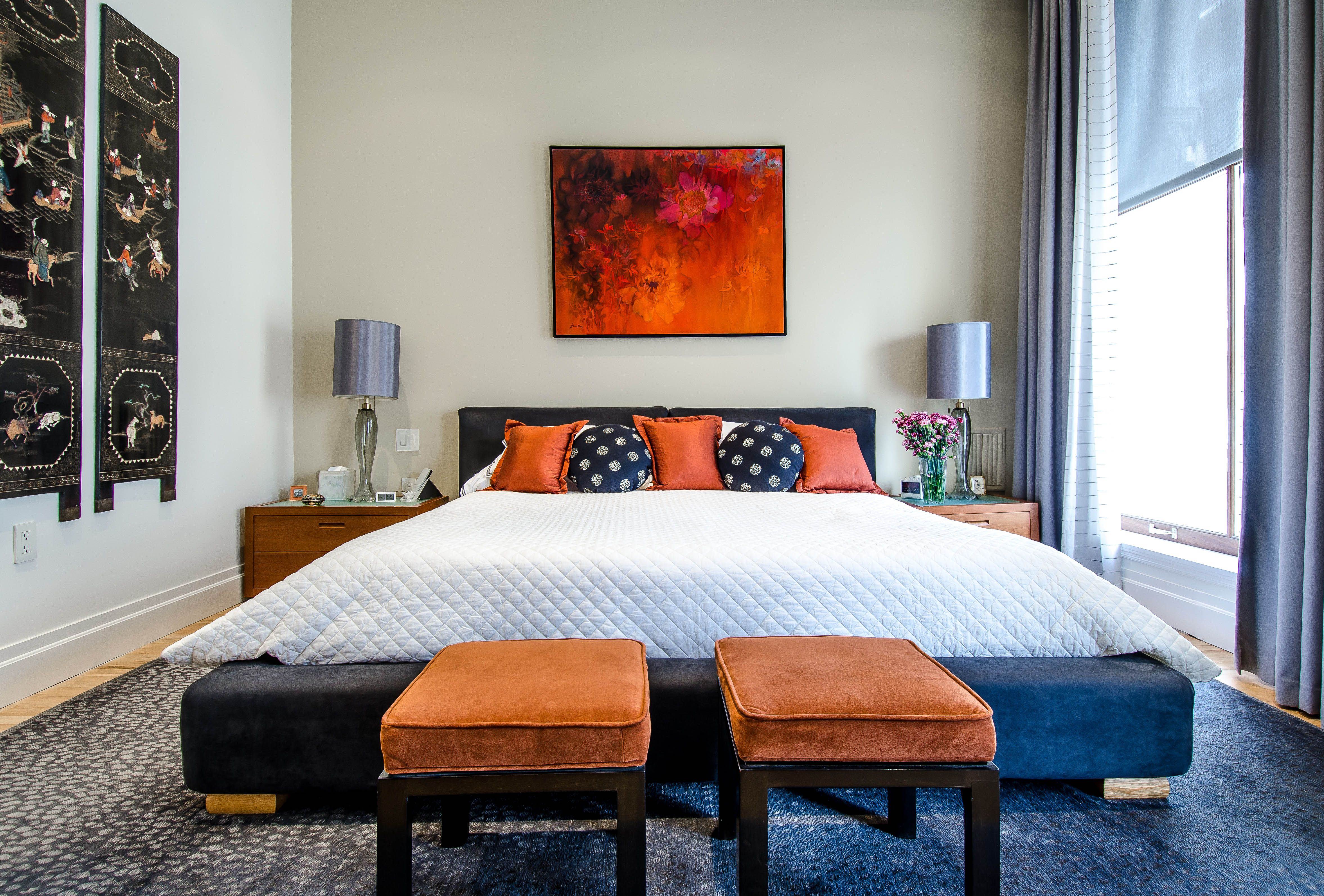 Elegancka Sypialnia Urządzona W Modnym Granatowym Kolorze Z