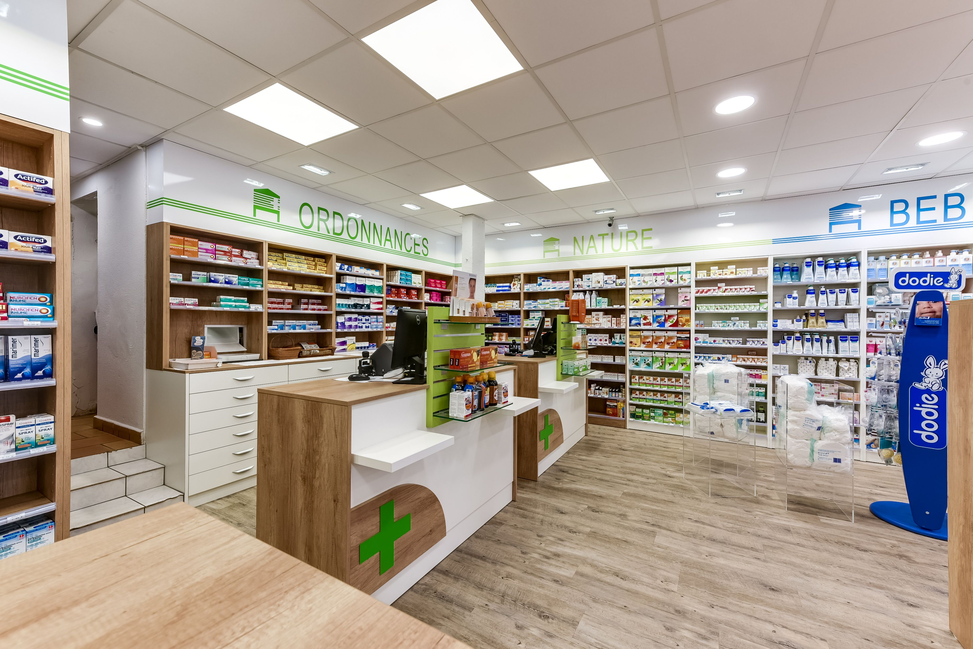 Comptoir pharmacie avec agencement int rieur mobilier for Amenagement interieur pharmacie