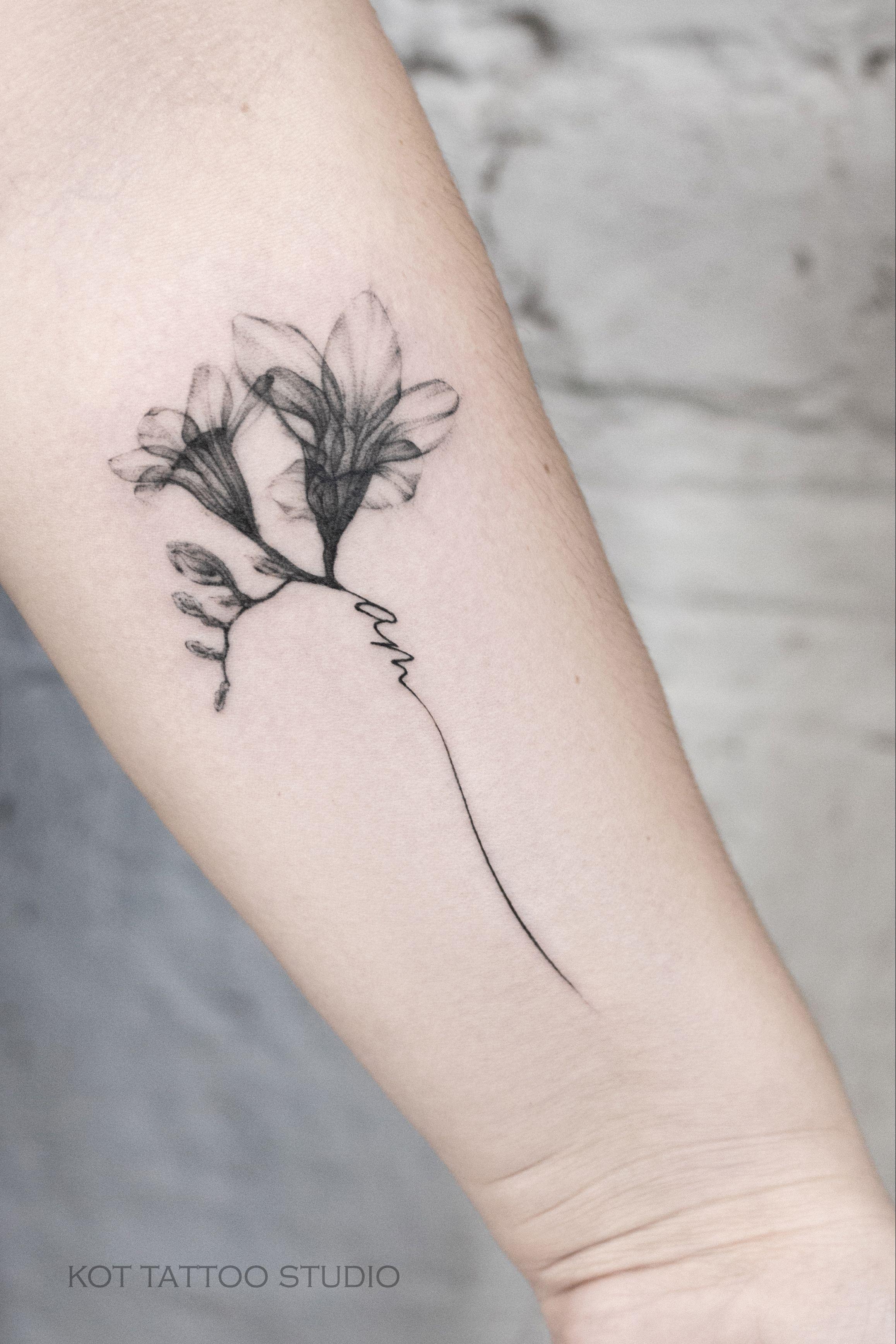 маленькая женская татуировка с цветами колокольчик в стиле графика и