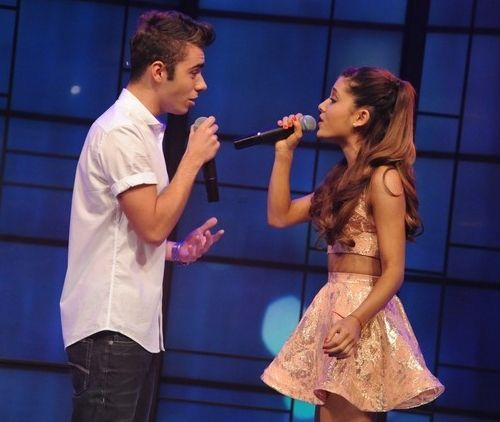 Ariana Grande e Nathan Sykes hanno cantato Almost Is Never Enough ieri mattina in diretta televisiva al programma americano Live! with Kelly...