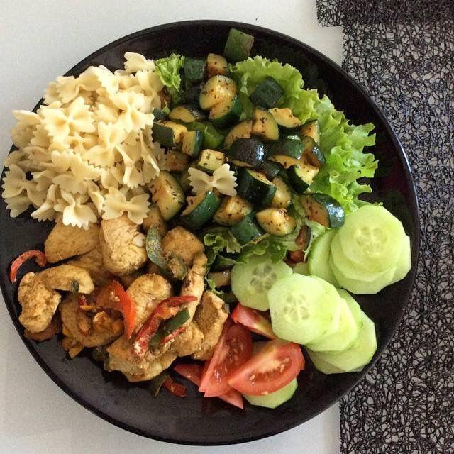 Healthy Meal    Blanc de poulet, courgette, pâtes, salade ...