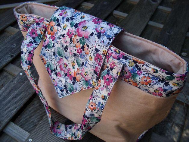 Sac élégant et pratique. L'intérieur du sac s'organise en trois parties grâce à une poche séparatrice zippée et dispose également de deux poches plaquées dont une compartimentée. Rabat avec...