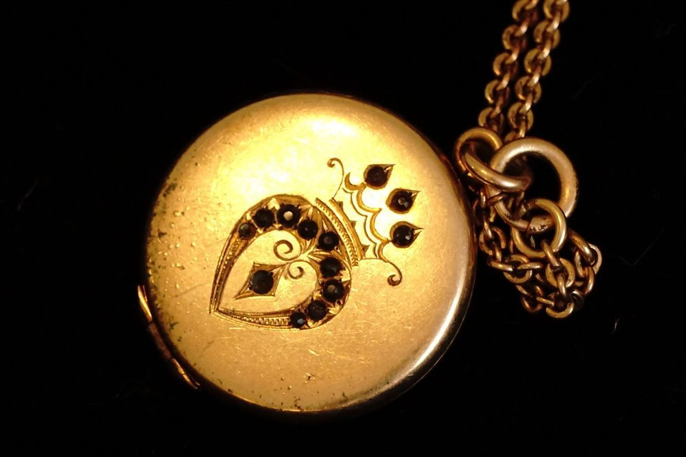GOLD FILLED VICTORIAN ENGRAVED LOCKET AND NECKLACE, RED STONES
