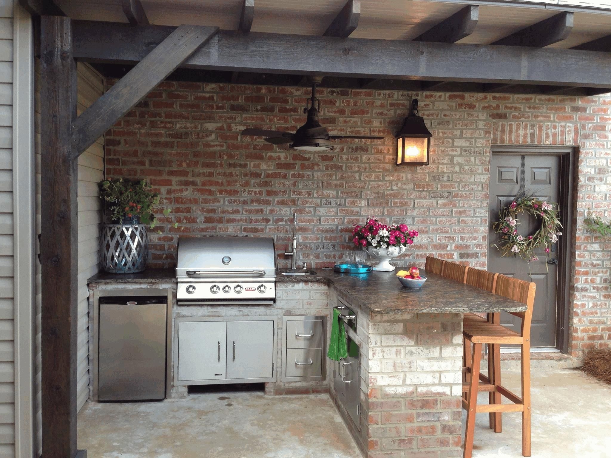 gemauerte Außenküche mit Barhocker, Grill und Kühlschrank