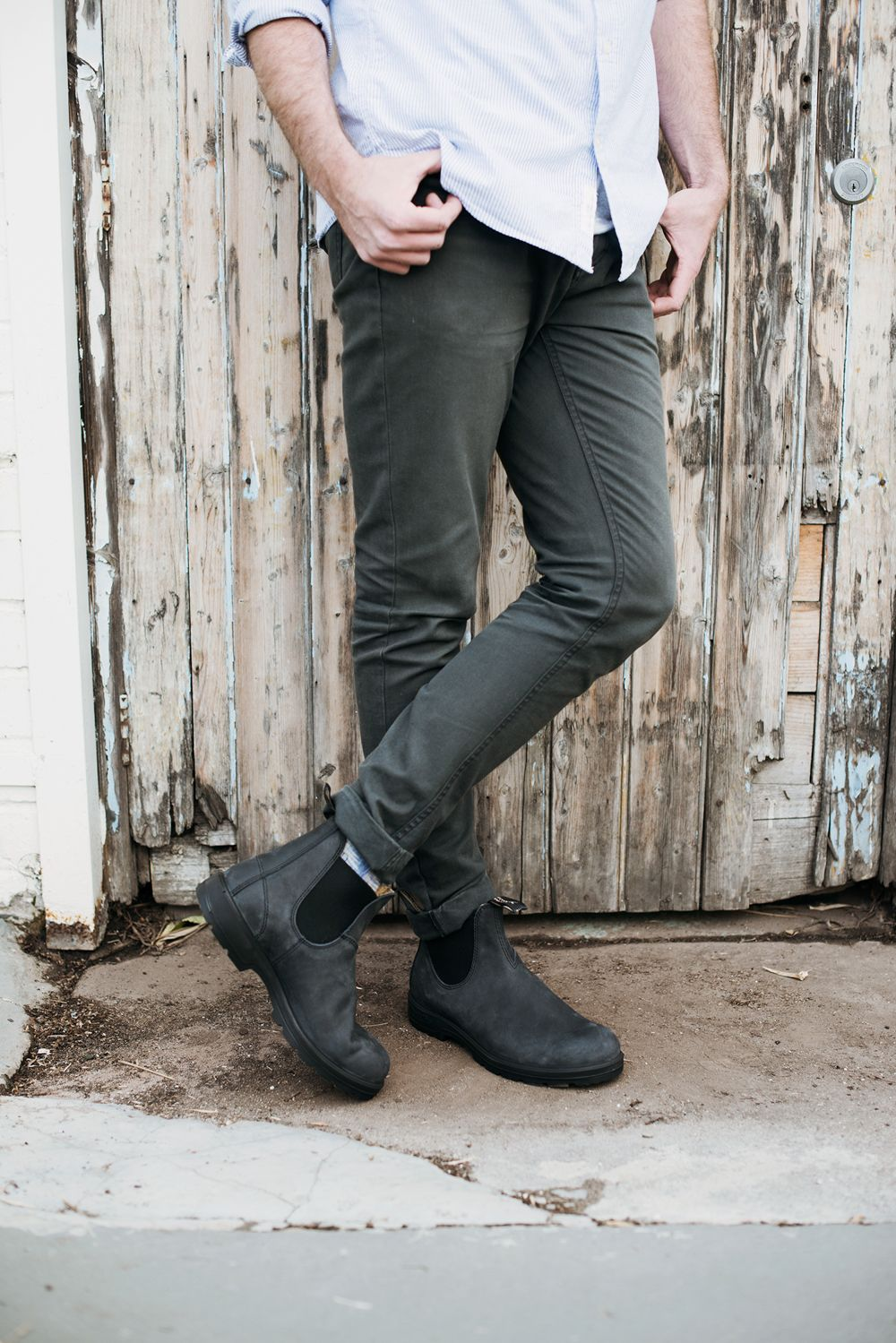 In A Cool Rustic Black Leather The 587 Brings An Edgy Style To Your Look The Weathered Appearance Gives A Bit Of Boots Outfit Men Blundstone Boots Blundstone