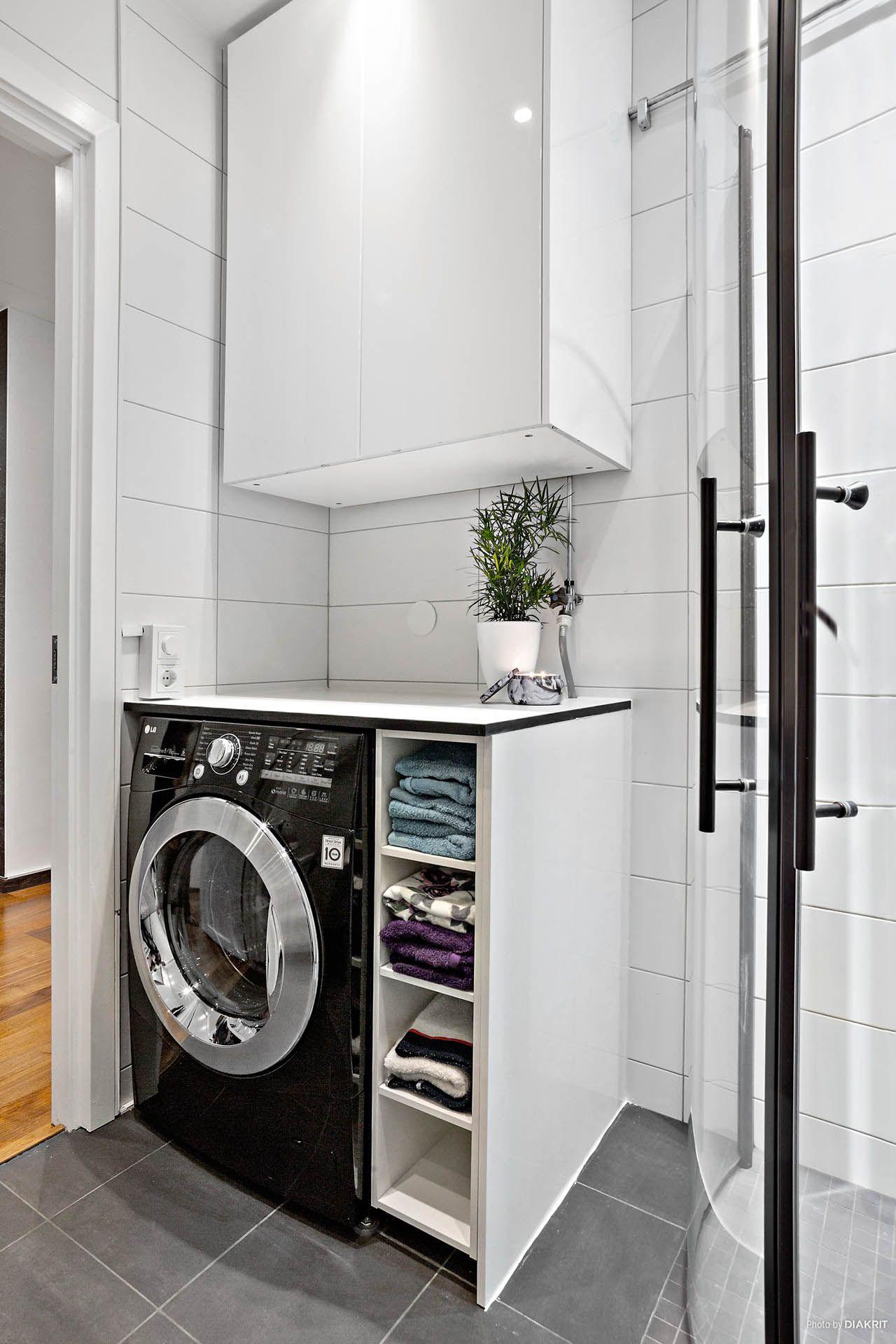 Kombinerad tvättmaskin/torktumlare i badrummet. här finns också ...