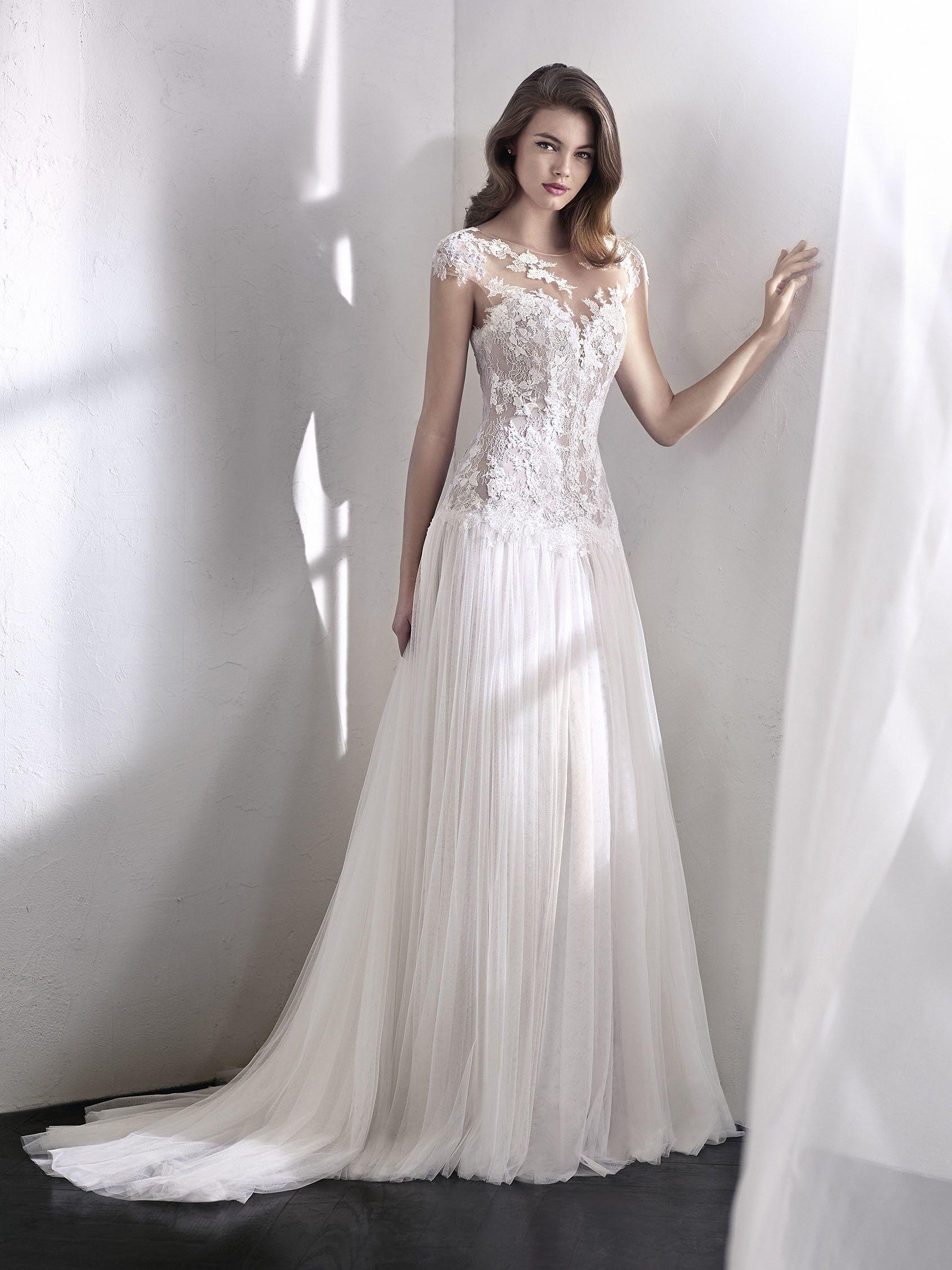 422830ba33f0 Splendido abito da sposa svasato che unisce alla gonna in tulle morbido