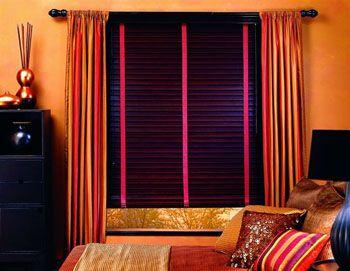 Purple wood blinds hot pink accent. Love!