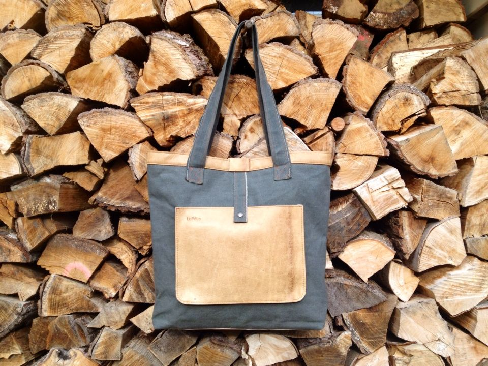 Shopper, made of army canvas and used leather of gym material.