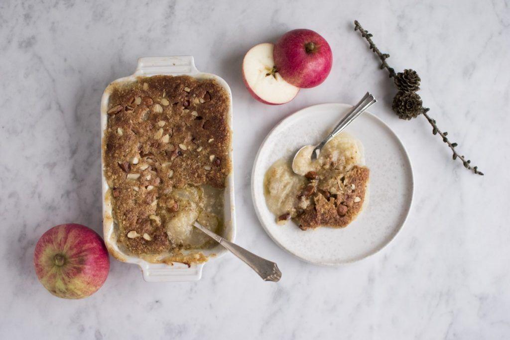 Denne simple dessert bestående af æblegrød og det smørsprødeste mandellåg er den helt perfekte dessert på en grå efterårssøndag. Den emmer langt væk af hygge og smager helt vidunderligt! Christian og