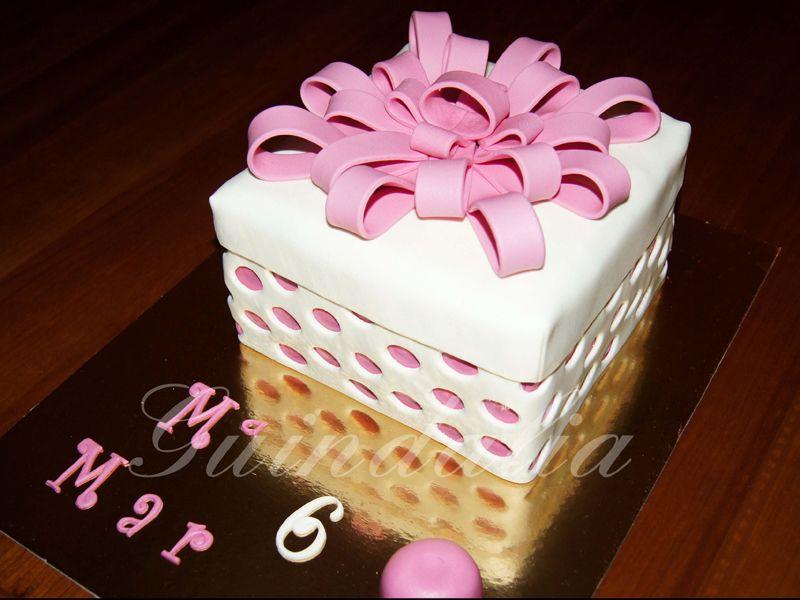 Tarta regalo con motivos rosas.