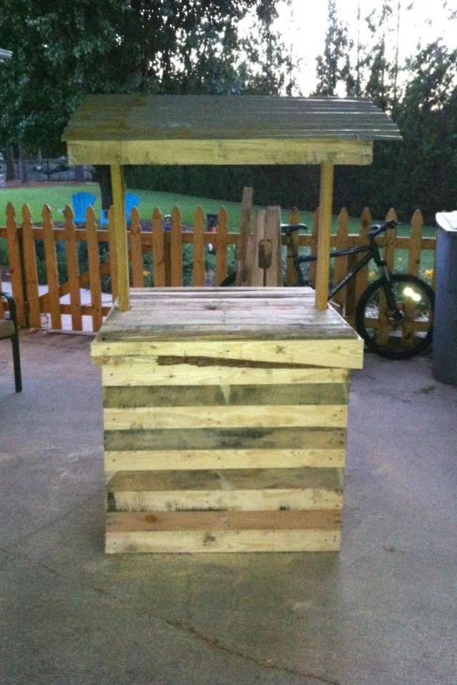 Well house made from 5 free pallets For the Home Pinterest