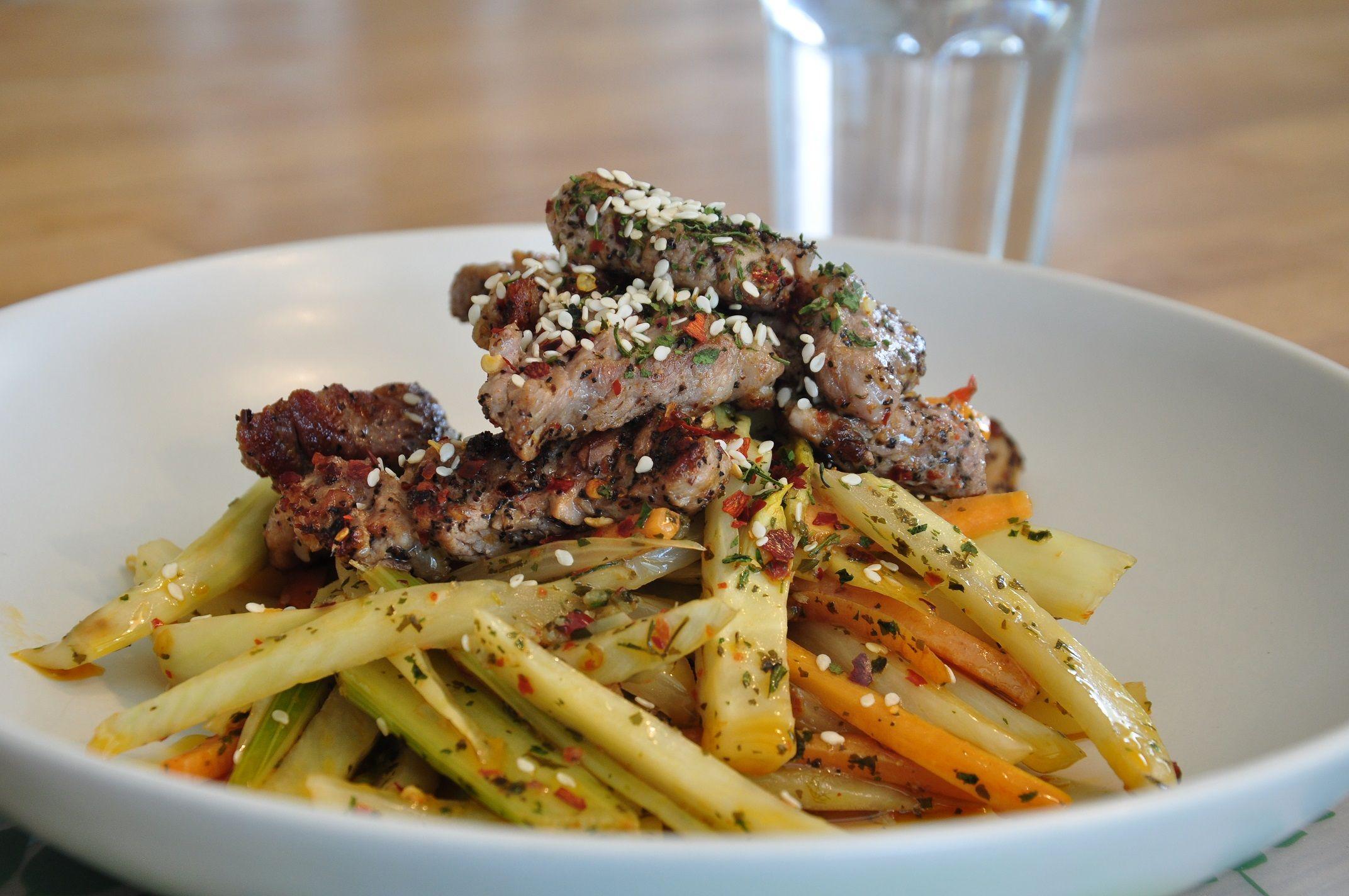 Här kommer en variant på en varm sallad med stekt kött där smakerna är lite inspirerade av asiatisk matlagning, det vill säga lite chili, koriander, lime, sesamfrön och vitlök. Jag gjorde salladen …