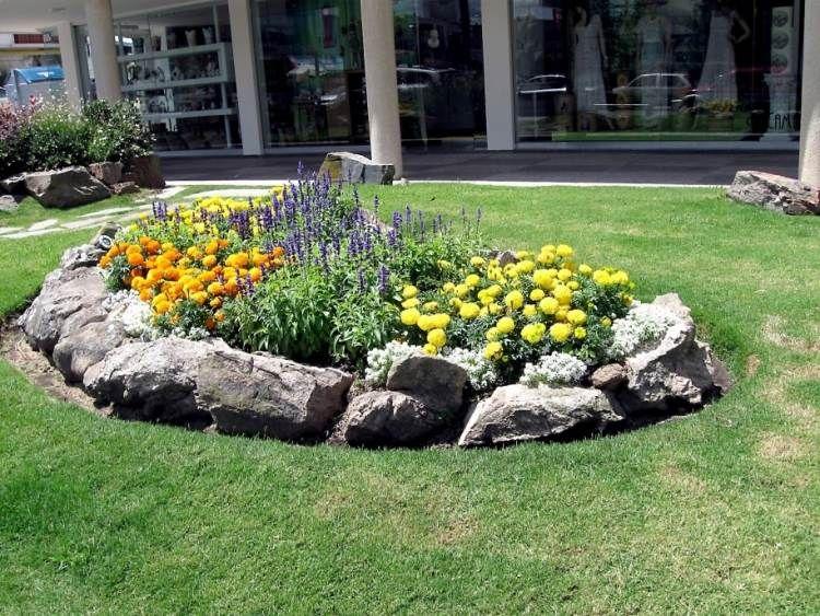 Blumenbeete im Garten mit Steinen definieren