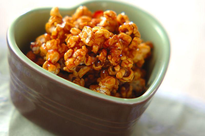 カラメルをポップコーンにからめて、カリカリとした食感のデザート。キャラメルポップコーン[洋菓子/その他洋菓子]2009.11.02公開のレシピです。