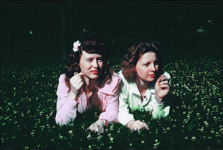 These sisters went on a photo shoot the day the Eastman Kodak Company first introduced color print film back in 1942. This is a photo is from that day. #vintage #1940s