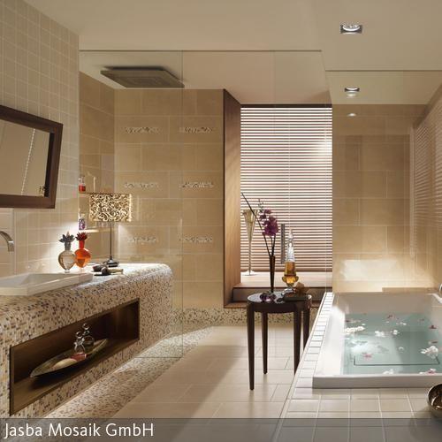 Das Highlight Des Beigefarbenen Badezimmers Ist Der Waschtisch Aus  Mosaikfliesen. In Dem Eingelassenen Regalfach Aus