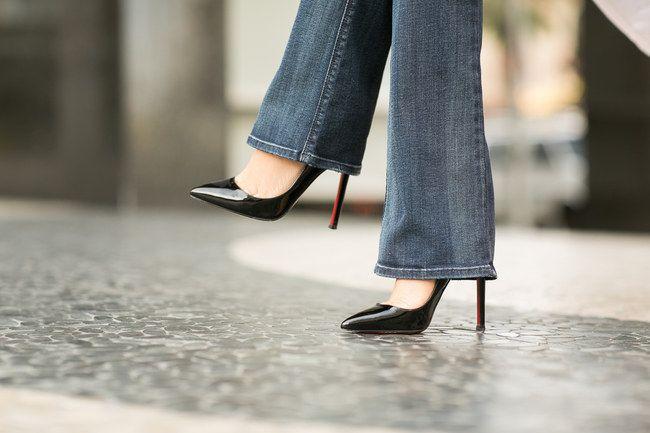Schuhe mit Absatz sind perfekt unter Bootcut Jeans