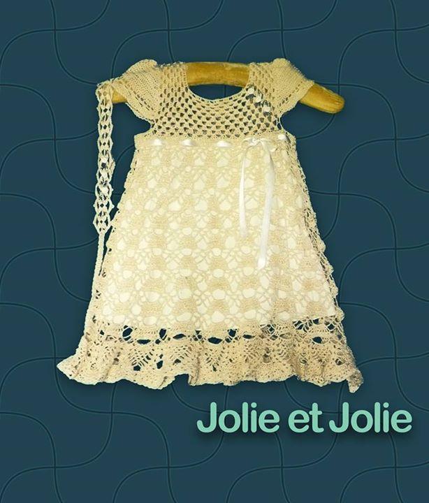 Vestido de niña, tejido a mano al crochet. Con tiara.