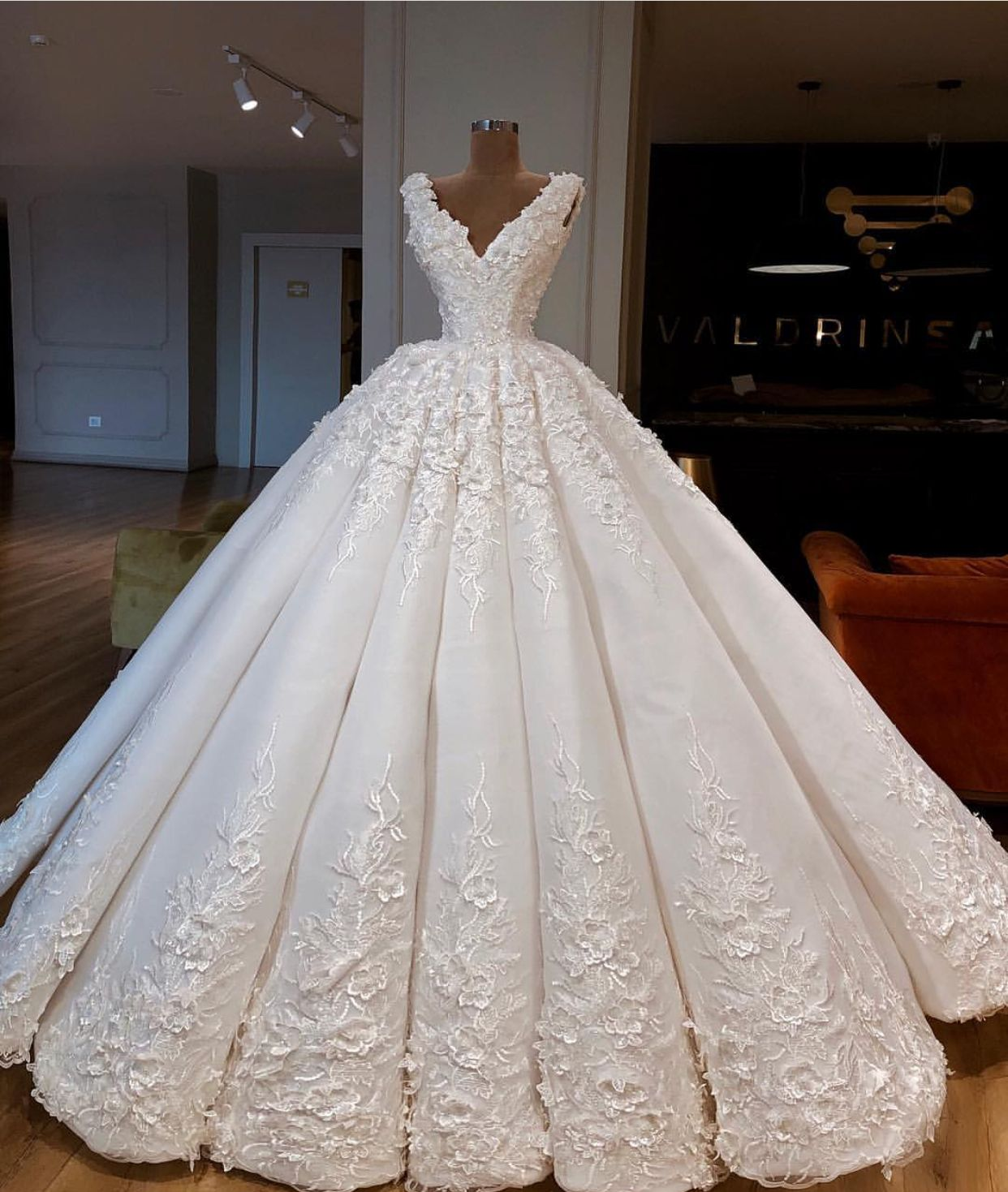 Just might be my dream dress😍  0cd6f6123a5e