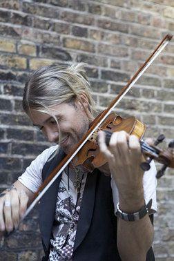 Du musst diesen Mann, der sein Instrument wirklich erstaunlich spielen zu hören!