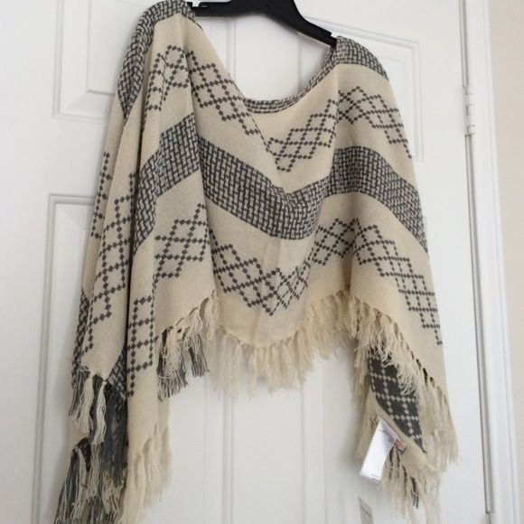 ❤️Price Firm❤️Grey and cream poncho never worn ❤️Price Firm❤️Grey and cream poncho never worn No Tades Free People Sweaters Shrugs & Ponchos