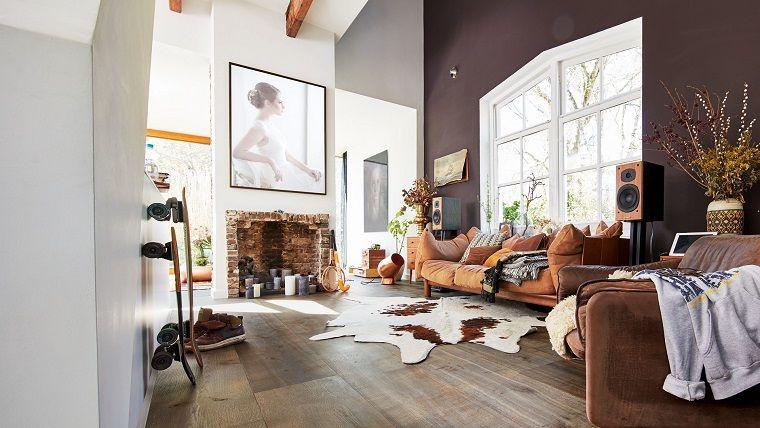 camino-rustico-stile-originale-divano-grande-finestra-soggiorno ...