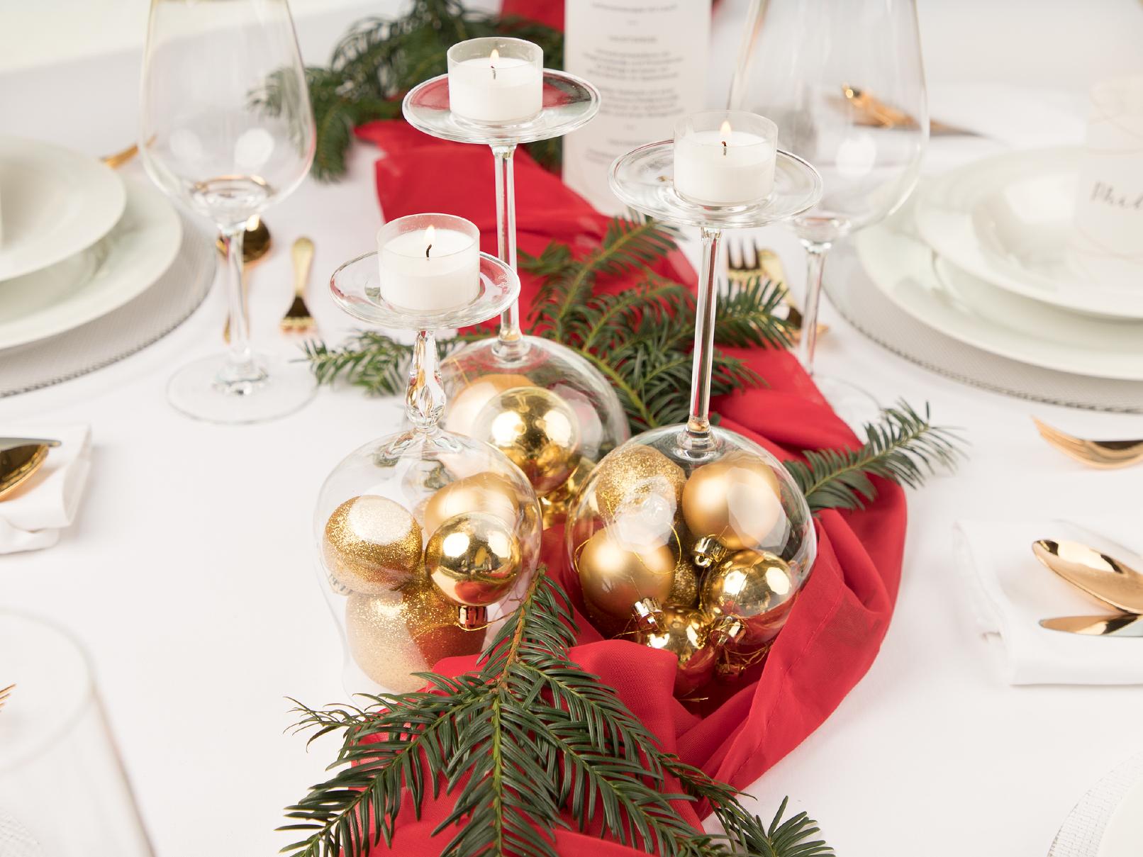 Schnelle Tischdeko zu Weihnachten in Rot und Gold