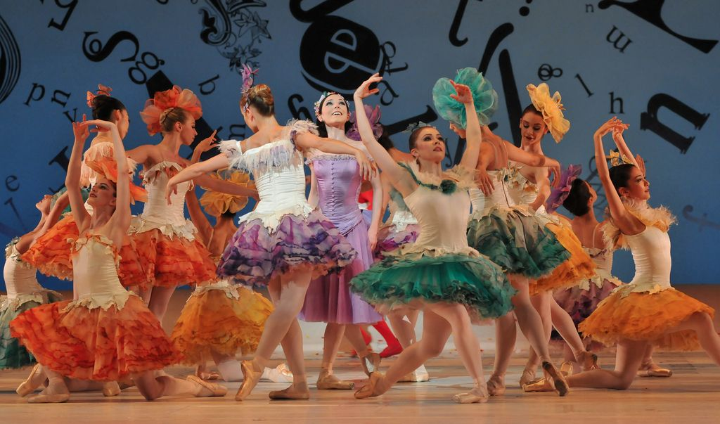 The Royal Ballet S Production Of Christopher Wheeldon S Alice S