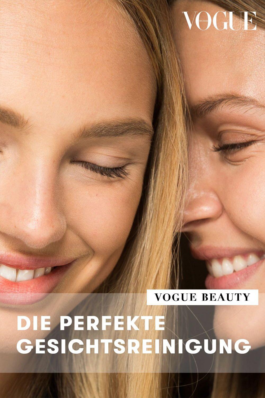 How-to das Gesicht perfekt reinigen? Smarte Beauty-Tools, selbstschäumendes Gel und Gesichtsbürsten: Die Unterschiede und die Auswahl an Produkten zur Gesichtsreinigung für eine saubere und gepflegte Haut mit Porzellanteint zeigt Vogue auf einen Blick. #vogue #beauty #hautpflege #haut #skin #skincare