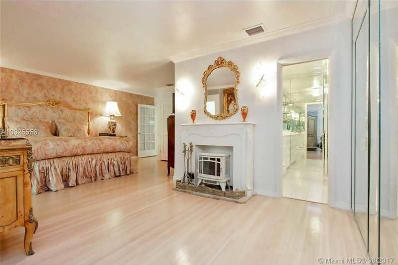 Vintage Home in the Heart of Brickell Miami Gold Mirror Light Wood ...