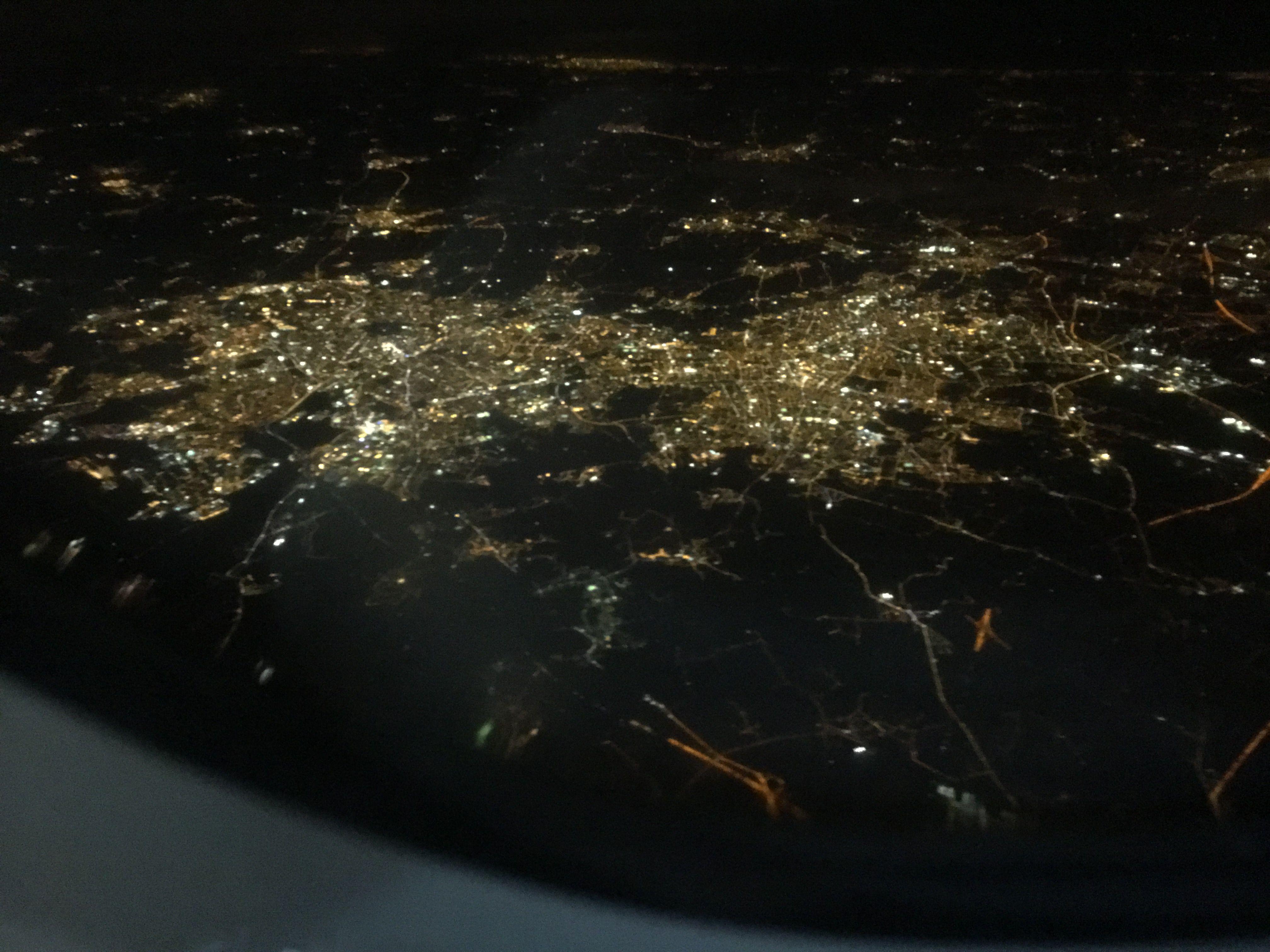 Pimeällä loistavat kaupunkien valot kuin joulukoristeet.