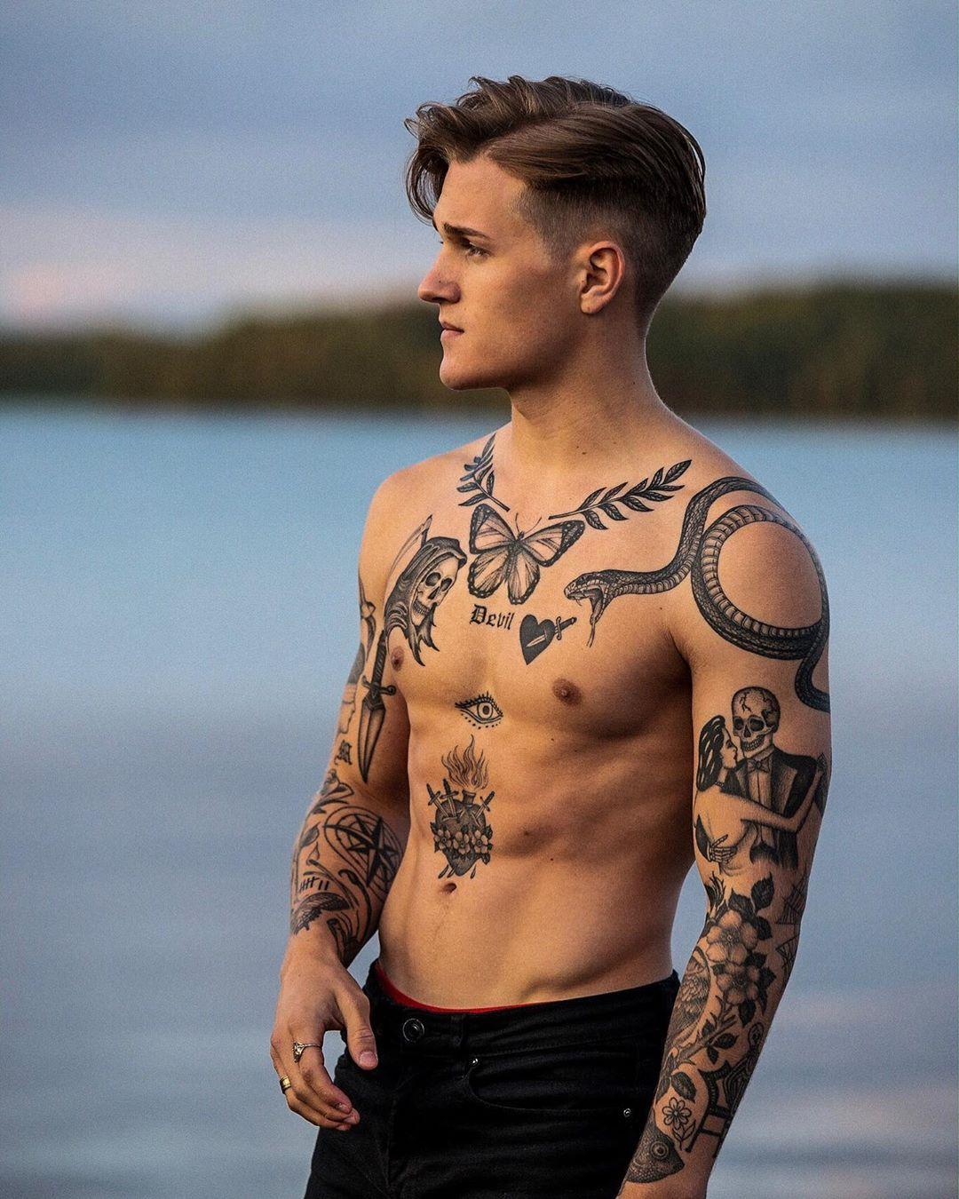 10 Tatuajes pequenos en el pecho para hombres