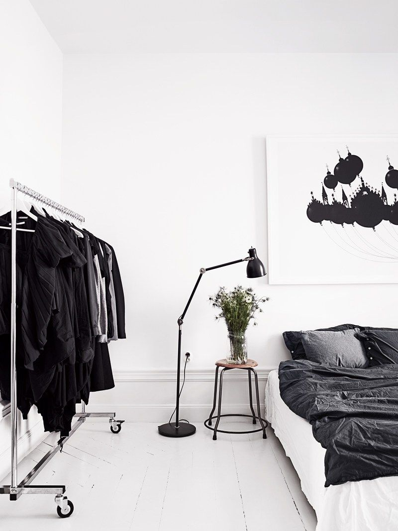 Y después de la monada de casa de Laura que veíamos ayer, hoy toca el turno a la casa de una estilista sueca en blanco, negro y madera, que también es una maravilla. Dos estilos distintos, con las …