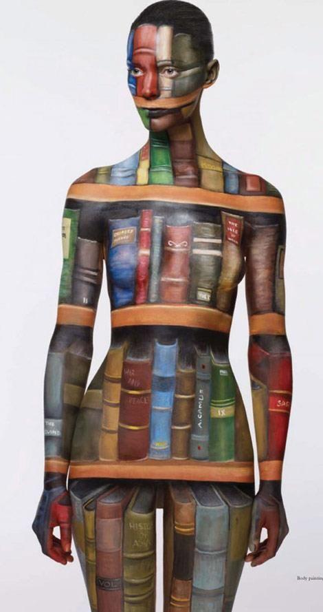 condivido questa suggestiva immagine di donna, bibliofila o bibliofolle? [artista: Phillis Cohen]