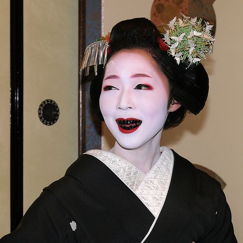 Ohaguro is black tooth wax used by Maiko for that brief period of 'Erikae' — turning their collar from red to wh… | Black teeth, Japanese cosmetics, Japanese beauty