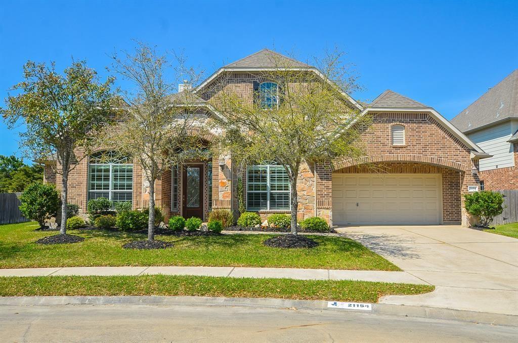 EXQUISITE 1story home offers superior indoor/outdoor