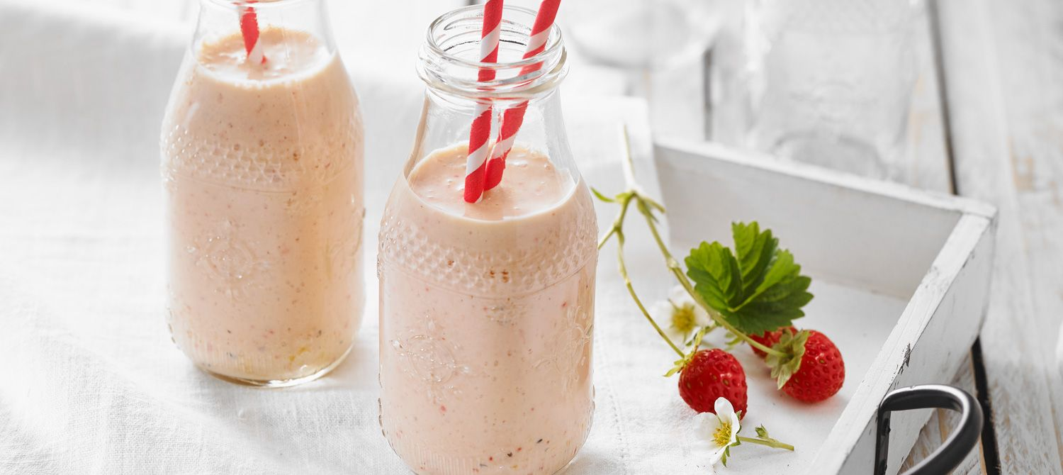 This smoothie with flavourful fruit, milk and Greek yogurt