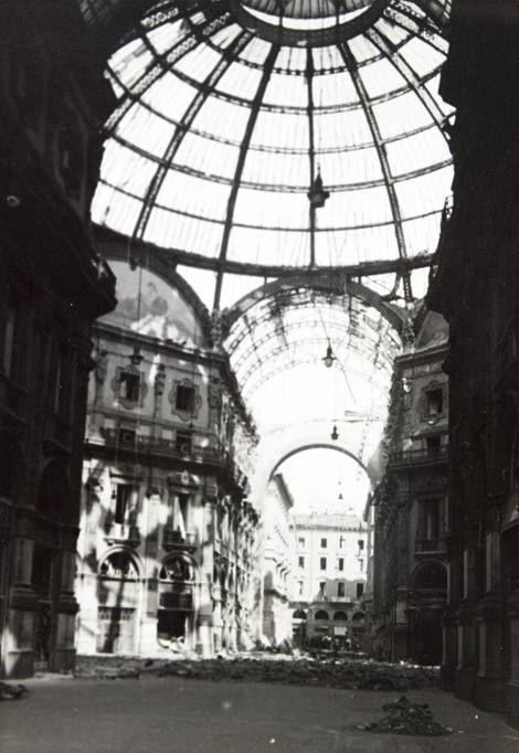 La Galleria verso via Ugo Foscolo dopo i bombardamenti, 1943, Gianfranco Ucelli Archivio Gianfranco Ucelli