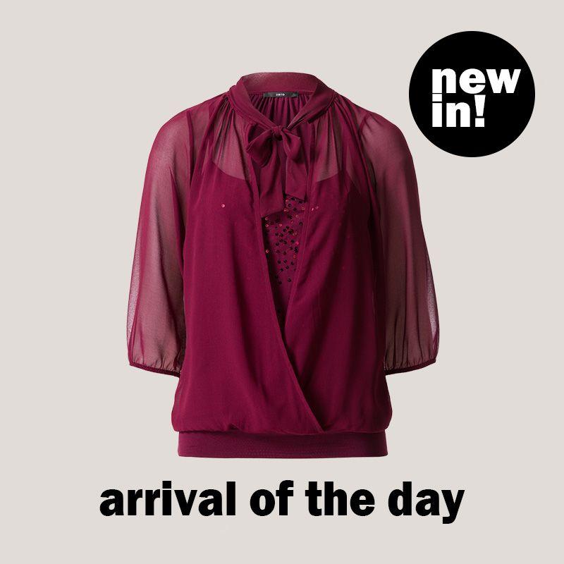 Outfit für Weihnachten gesucht? Wir empfehlen unser #ArrivalOfTheDay – es ist rot, elegant und es glitzert! #zerofashion #Bluse #Pailletten