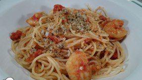 Spaghettis all'arrabbiata con langostinos y pangratatto